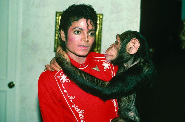 Michael Jackson majommal az oldalán